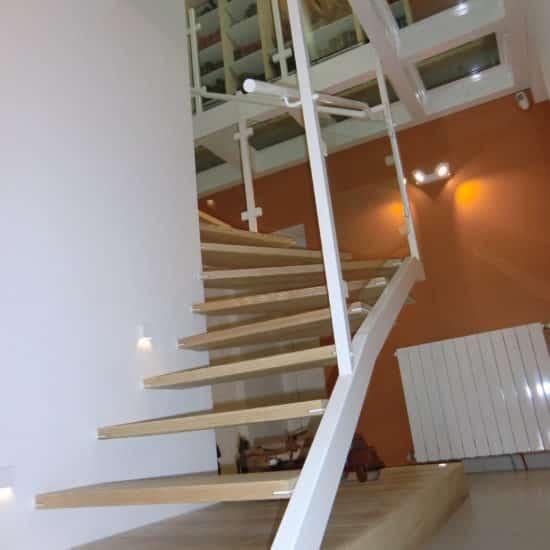 Escalier, plancher de verre suspendu, bibliothèque