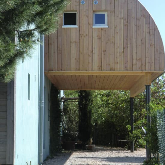 extesion en bois et toiture acier sur poteaux métalliques