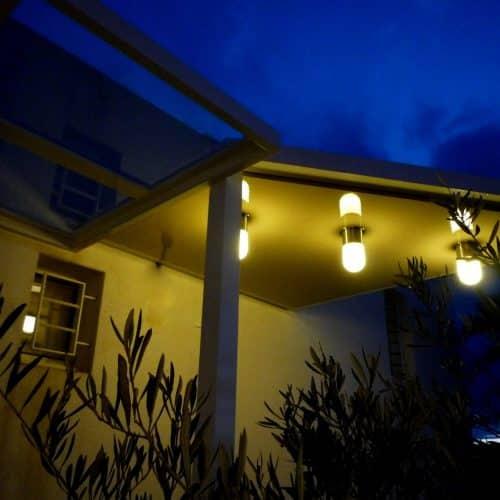 Auvent d'entrée, éclairage et grille