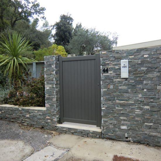 Portail d'entrée et mur en pierre
