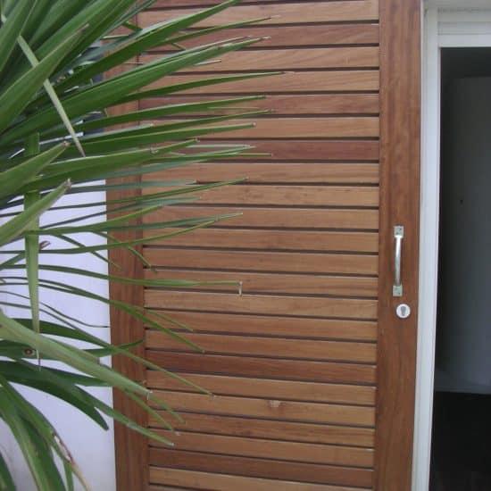 Porte coulissante d'extérieur en bois