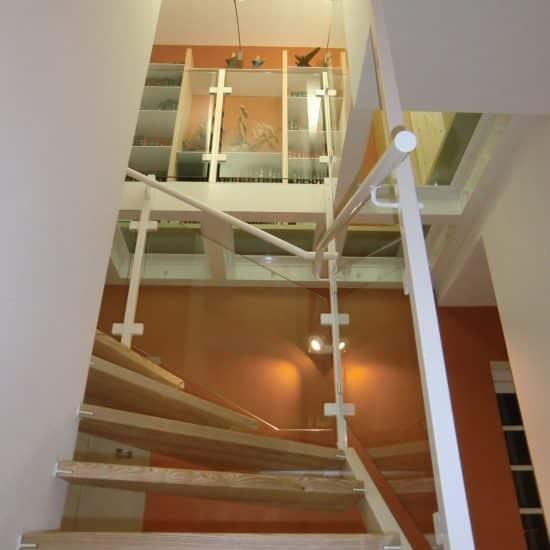 Escalier, plancher de verre et bibliothèque