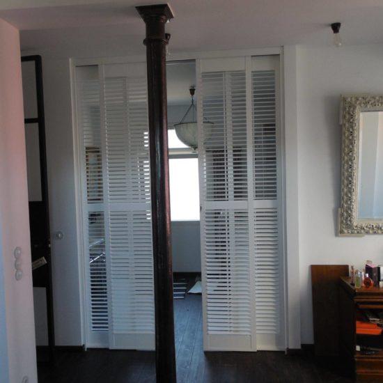 Volets intérieurs en bois separation-4-vantaux-coulissants-entre-chambre-et-salle-de-bain