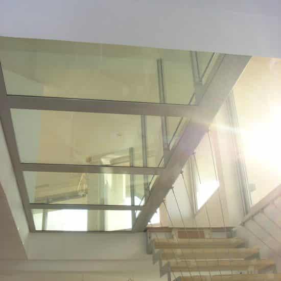 Escalier et sol en verre suspendu