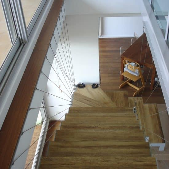 Escalier suspendu et plancher de verre